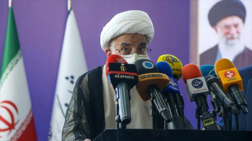 El secretario del Consejo de Guardianes de Irán, el ayatolá Ahmad Yanati, habla tras ejercer su derecho al voto, 18 de junio de 2021. (Foto: YJC)