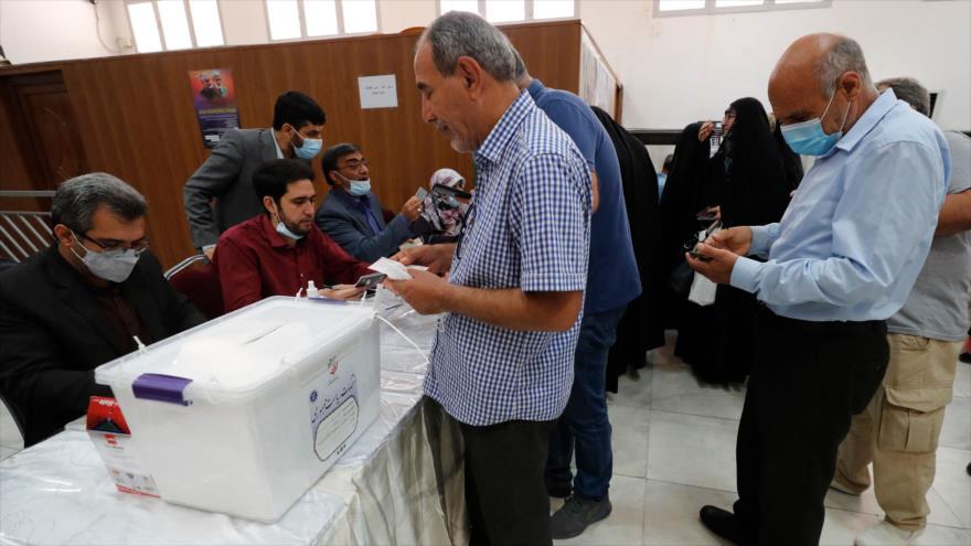 Los iraníes emiten su voto en las elecciones en un colegio electoral dentro de la embajada iraní en Bagdad, capital iraquí, 18 de junio de 2021. (Foto: AFP)