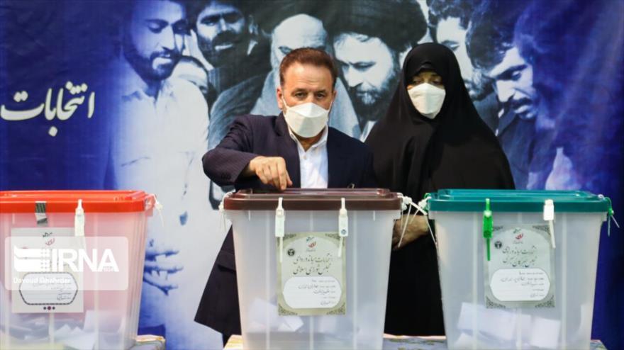 El jefe del Gabinete del presidente iraní, Mahmud Vaezi, emite su voto en la Sede Electoral del Ministerio del Interior, 18 de junio de 2021. (Foto: IRNA)