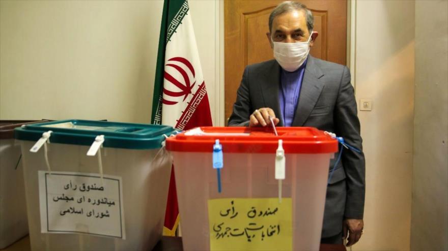 Ali Akbar Velayati, el asesor del Líder de Irán, vota en las elecciones, Teherán, 18 de junio de 2021.