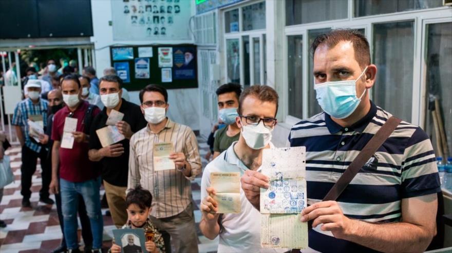 Los electores hacen cola para depositar su voto a últimas horas de la jornada comicial en Narmak, en el este de Teherán, la capital, 18 de junio de 2021. (Foto: Fars)