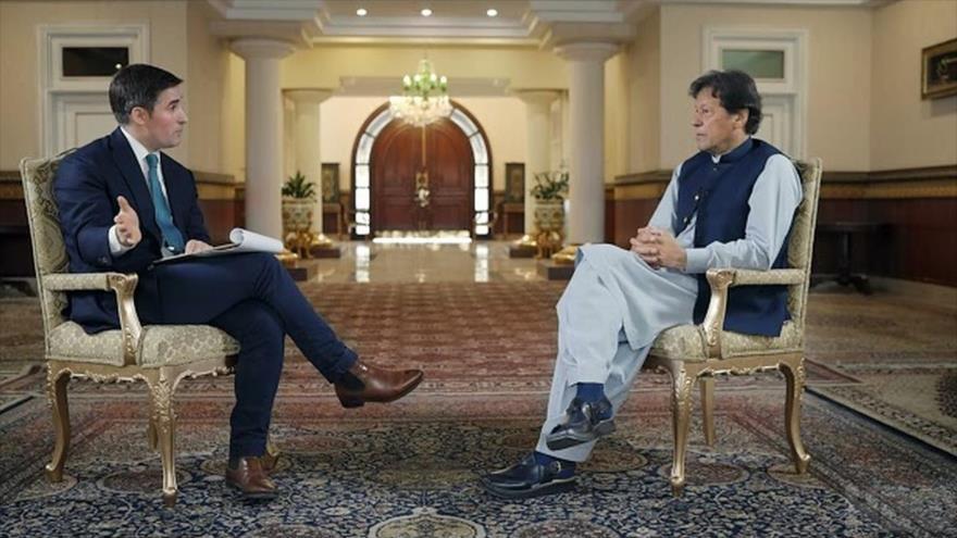 El primer ministro de Paquistán, Imran Jan, durante una entrevista con Axios.