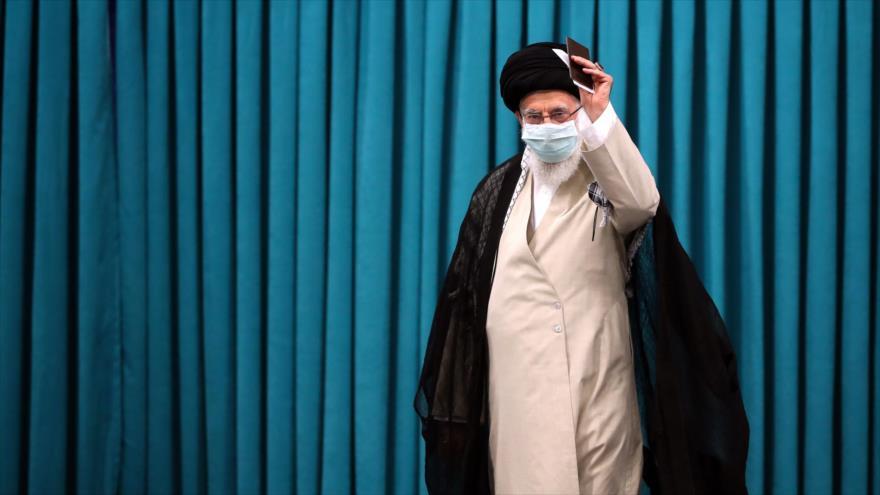 El Líder de la Revolución Islámica, el ayatolá Seyed Ali Jamenei, en un colegio electoral en Teherán, capital de Irán, 18 de junio de 2021. (Foto: khamenei.ir)