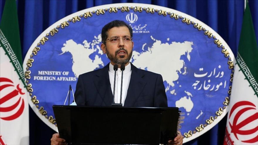 El portavoz de la Cancillería de Irán, Said Jatibzade, ofrece una rueda de prensa en Teherán, la capital iraní.