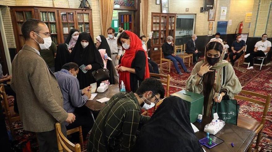 Iraníes emiten su voto en un colegio electoral en Teherán, capital, 18 de junio de 2021. (Foto: Tasnim)