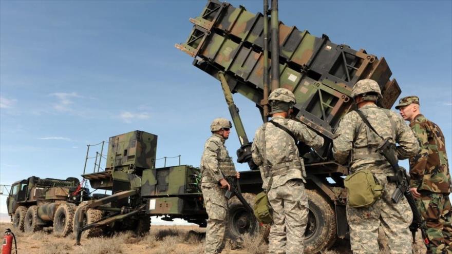 Soldados estadounidenses al lado de un sistema de defensa aérea Patriot. (Foto: af.mil)
