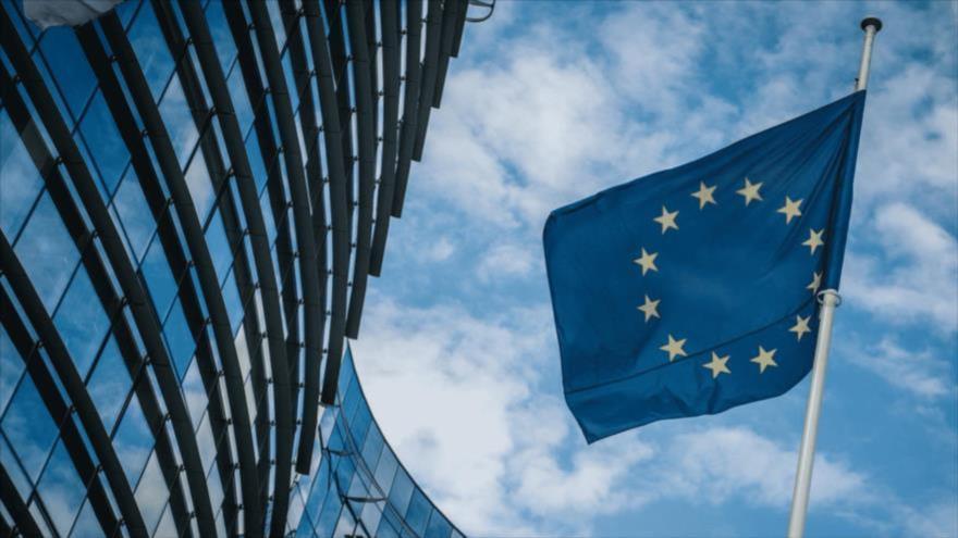 La bandera de la Unión Europea (UE) ondea fuera de la sede de la Comisión Europea en Bruselas, Bélgica.