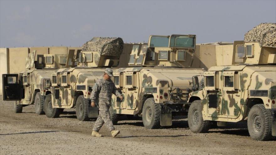 Varios vehículos militares enfilados en la Base Victoria de EE.UU. en Bagdad, capital de Irak. (Foto: AP)