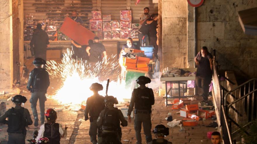 La policía israelí dispara una granada paralizante durante contra los palestinos en la Puerta de Damasco, en Al-Quds. 9 de mayo de 2021. (Foto: Reuters)