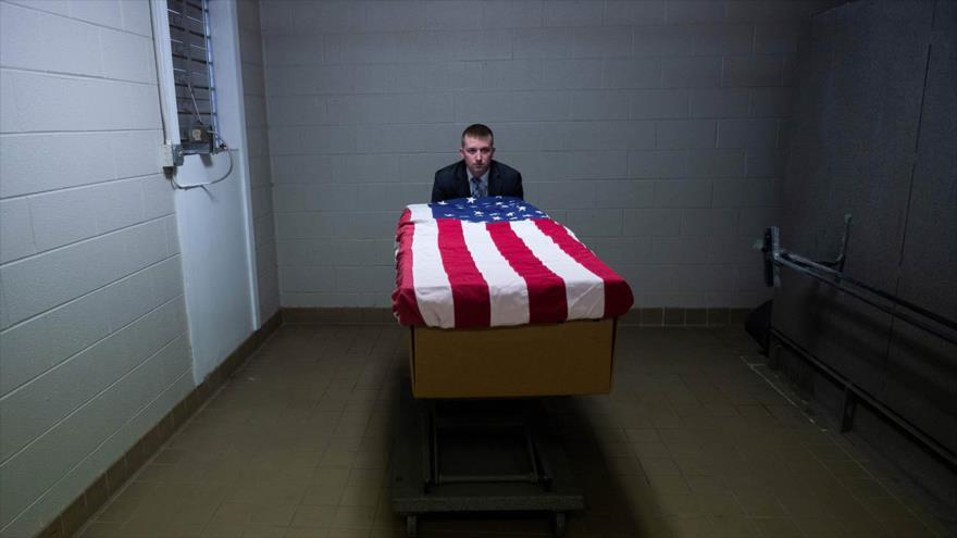Una caja de cremación envuelta en la bandera de EE.UU., que contiene el cuerpo de un veterano estadounidense, 1 de mayo de 2021. (Foto: AFP)