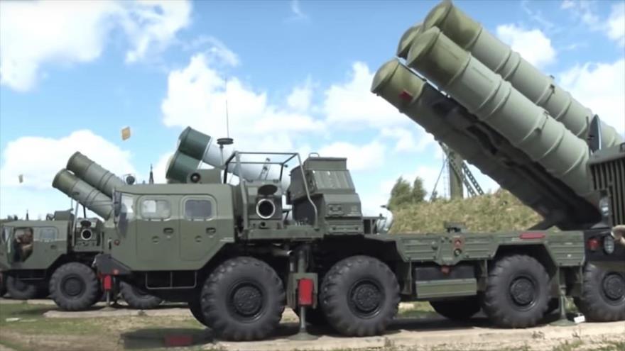 """Baterías de sistema ruso de misiles antibalísticos S-500 Prometeí, conocido como 55R6M """"Triumfator-M"""", durante unas maniobras militares."""