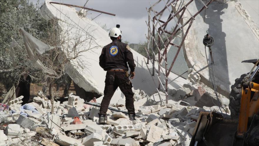 """Un miembro de los llamados """"cascos blancos"""" en una aldea en el sur de Idlib, Siria, 2 de noviembre de 2019 (Foto: AFP)"""