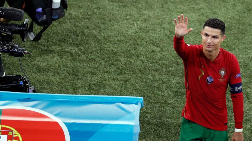Delantero portugués Cristiano Ronaldo saluda hacia gradas tras el partido de fútbol de Eurocopa 2020 entre Portugal y Francia, Budapest, 23 de junio de 2021. (Foto: AFP)