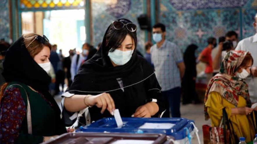Mujeres iraníes emitieron su voto en un colegio electoral durante las elecciones presidenciales en Teherán, Irán, 18 de junio de 2021. (Foto: EPA)