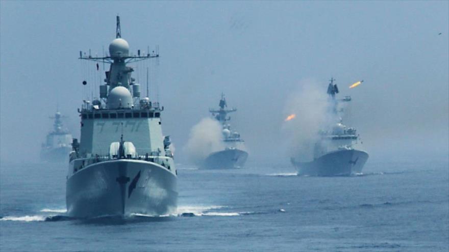Buques de guerra de la Armada china en una maniobra marítima.