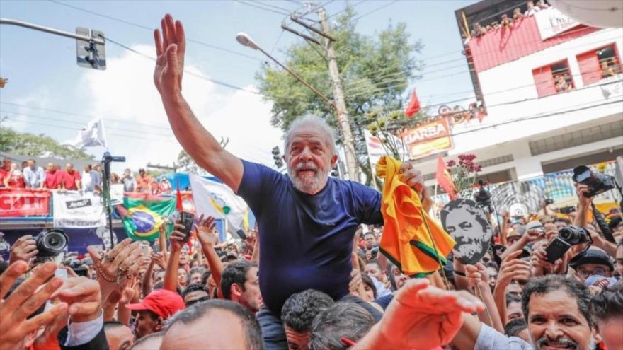 El expresidente de Brasil Luis Inácio Lula da Silva, rodeado de sus simpatizantes. (Foto: EFE)