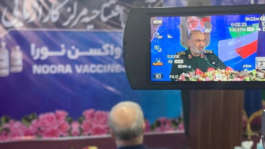 El comandante en jefe del CGRI, el general de división Hosein Salami, habla en la ceremonia de prueba en humanos de la vacuna Nura, 27 de junio de 2021
