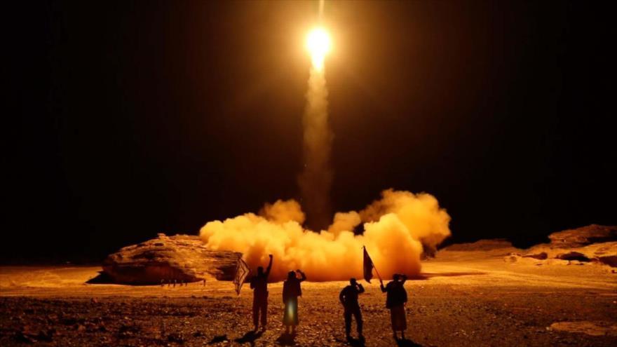 Fuerzas populares yemeníes lanzan un misil balístico desde Saná, la capital, el 25 de marzo de 2018. (Foto: AFP)