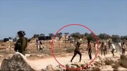 Colonos atacan con piedras a palestinos frente a soldados israelíes