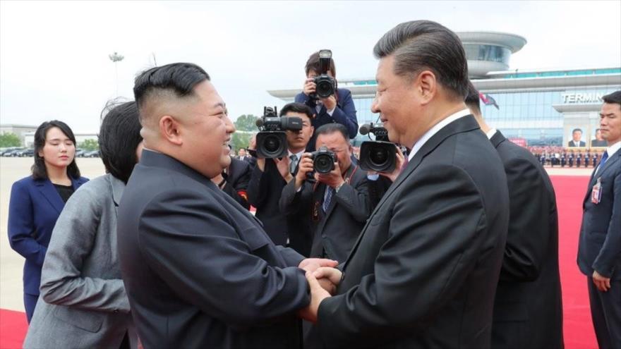 El líder norcoreano, Kim Jong-un (dcha.), y el presidente de China, Xi Jinping, en el aeropuerto de Pyongyang, 21 de junio de 2019. (Foto: KCNA)