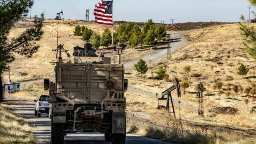 Un vehículo blindado de EE.UU. patrulla por una región rica en petróleo en la provincia siria de Al-Hasaka, 6 de noviembre de 2019. (Foto: AFP)