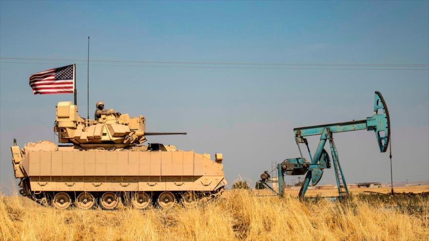 Un vehículo blindado del Ejército de EE.UU. patrulla cerca de los campos petrolíferos de Rumaylan en Siria, 5 de octubre de 2020. (Foto: AFP)