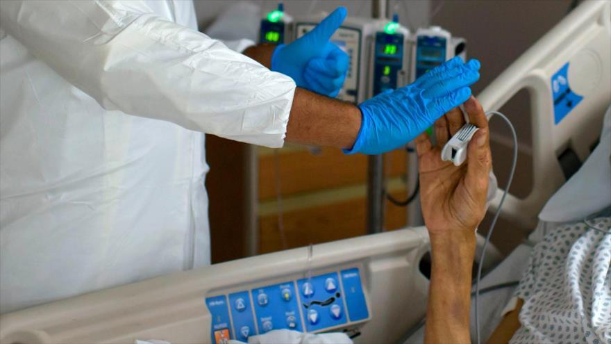 Un trabajador sanitario choca los cinco con un paciente que padece del coronavirus en ciudad de Houston, EE.UU., 2 de julio de 2020. (Foto: AFP)