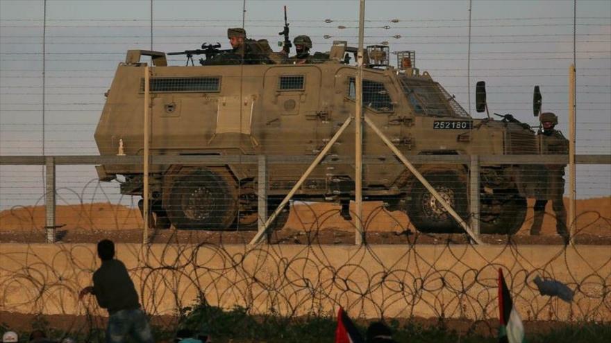 Un vehículo blindado israelí frente a la valla que separa la Franja de Gaza de los territorios ocupados palestinos.
