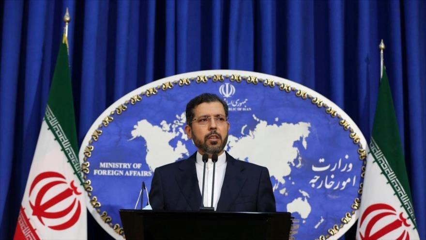 El portavoz de la Cancillería iraní, Said Jatibzade, en una conferencia de prensa, 6 de julio de 2021. (Foto: IRNA)