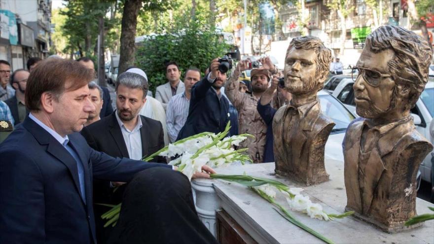 Homenajean a víctimas del terror de Muyahidín Jalq con ofrendas florales en Rasht, donde cayeron mártires dos autoridades iraníes, 6 de julio de 2021.