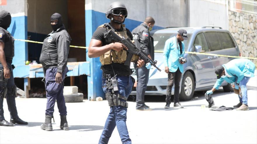 Los Agentes de la policía y forenses de Haití buscan pruebas fuera de la residencia presidencial en Puerto Príncipe, 7 de julio de 2021. (Foto: AFP)