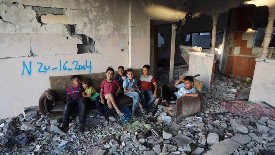 Niños palestinos dentro de un edificio dañado por los ataques israelíes en Beit Lahia, Gaza, 7 de junio de 2021.