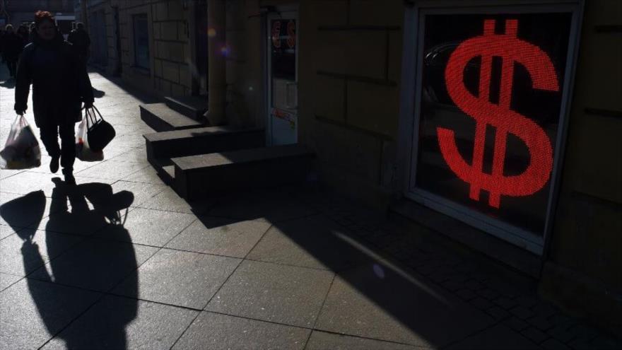 Una mujer pasa frente a una oficina de cambio de divisas en San Petersburgo (Rusia), 10 de marzo de 2020. (Foto: AFP)