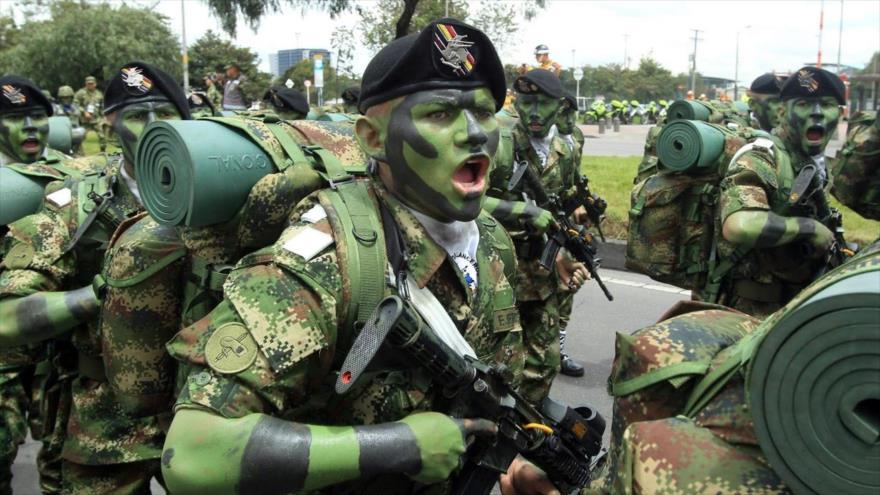 Soldados del Ejército colombiano participan en un desfile militar en Bogotá, la capital.