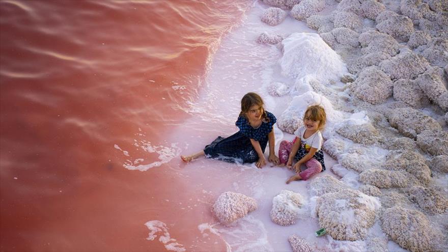 Vea el impresionante enrojecimiento del lago Urmía en Irán