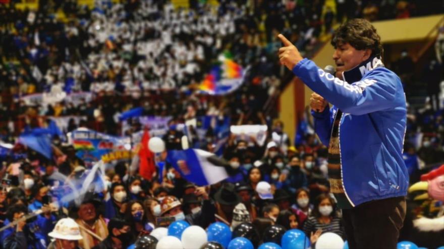 El expresidente boliviano Evo Morales habla ante un acto de campaña en El Alto en abril de 2021.