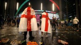 Hinchas ingleses golpean a italianos y atacan a sus jugadores