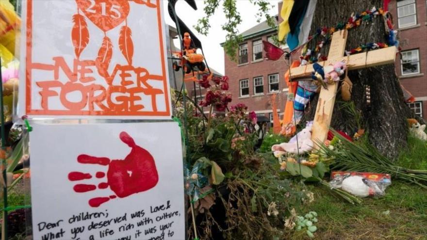 Homenaje a las víctimas cuyos restos fueron encontrados en escuelas operadas por la Iglesia católica en Canadá.
