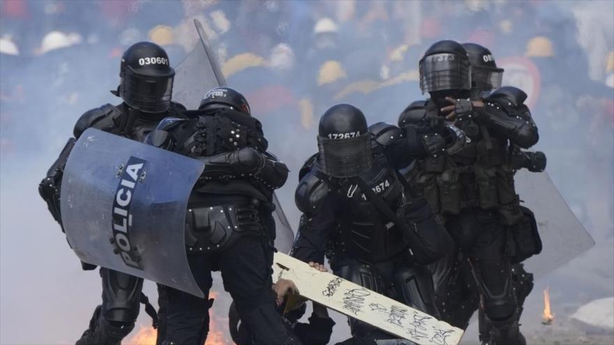 Policías detienen a un hombre durante una protesta antigubernamental en Bogotá, Colombia, 28 de junio de 2021.