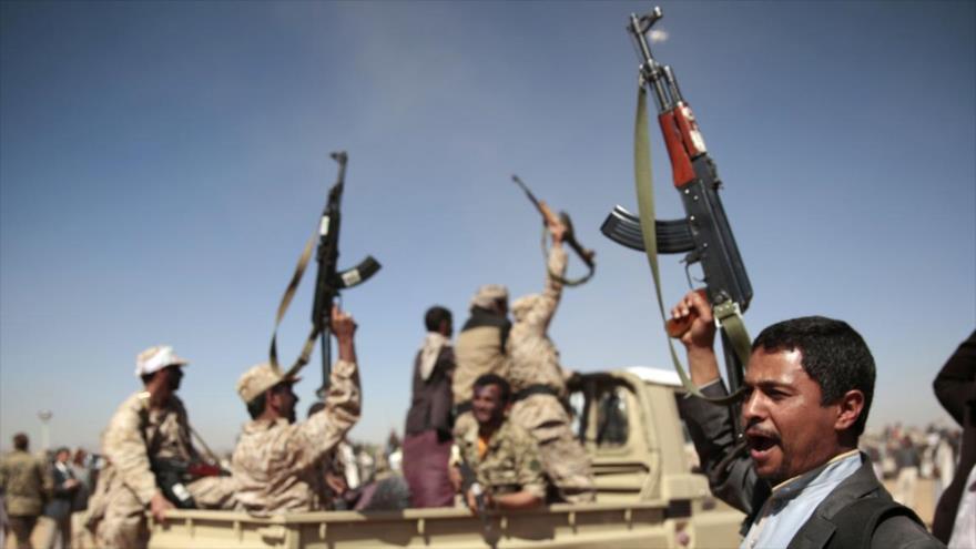 Integrantes de las Fuerzas Armadas y del movimiento popular yemení Ansarolá.
