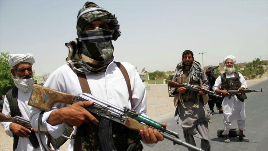 Excombatientes de Talibán sostienen armas para apoyar a las fuerzas afganas en su lucha contra talibanes, en las afueras de la provincia de Herat, Afganistán.