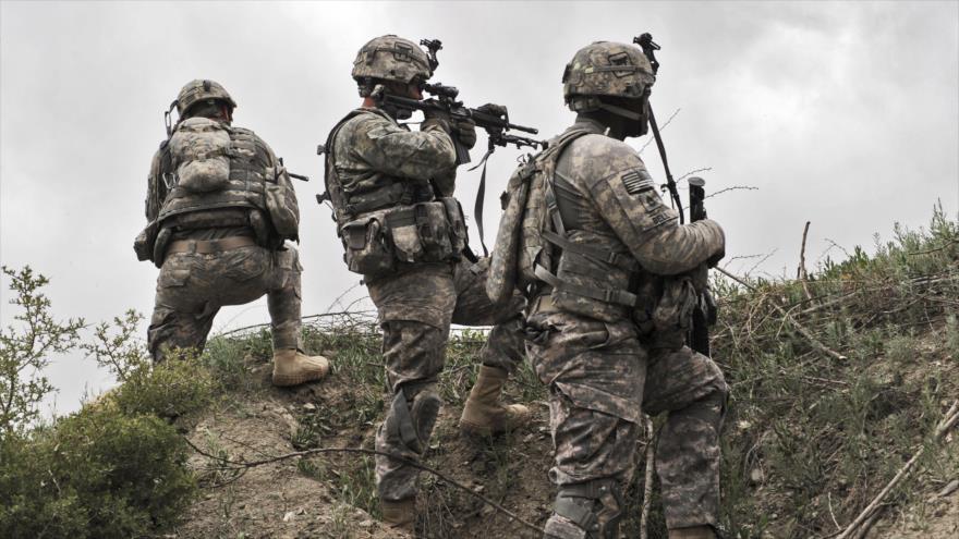 Soldados estadounidenses toman posición durante una patrulla en la aldea de Ibrahim Jel de la provincia de Jost, en Afganistán, 11 de abril de 2010. (Foto: AFP)