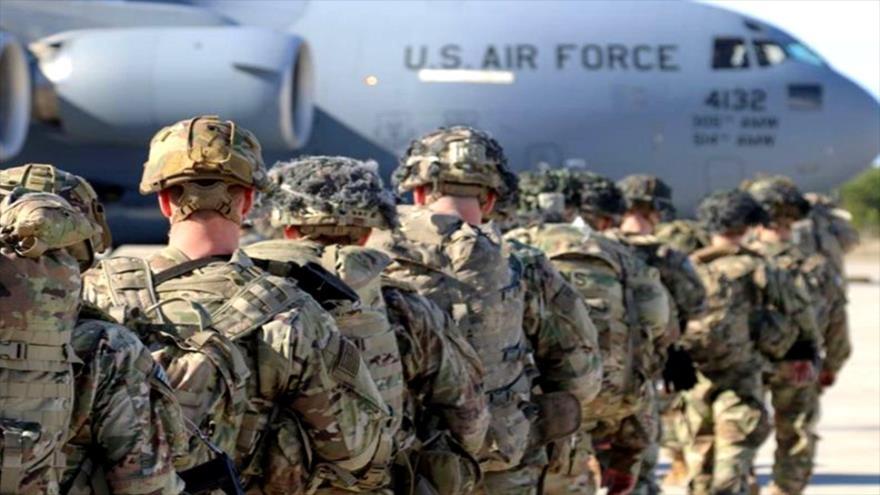 Soldados estadounidenses esperan para subir a un avión de la Fuerza Aérea de EE.UU.