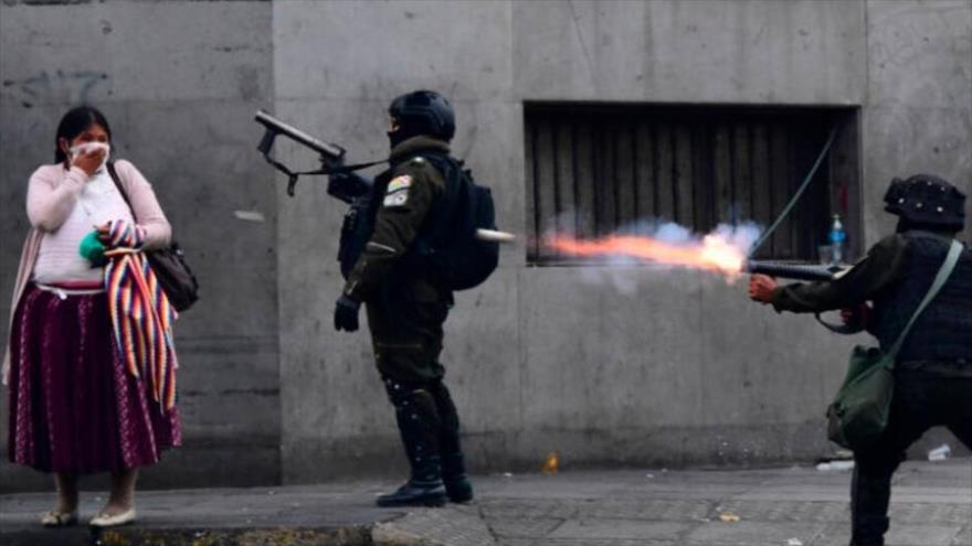 Agentes antidisturbios del gobierno de facto de Bolivia, presidido por Jeanine Áñez (2019-2020), reprimen una protesta del pueblo. (Foto: EFE)