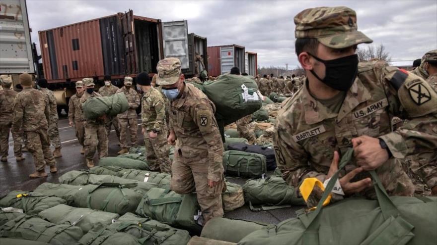 Soldados estadounidenses recuperan sus bolsas de lona después de regresar a casa de un despliegue en Afganistán, 10 de diciembre de 2020.