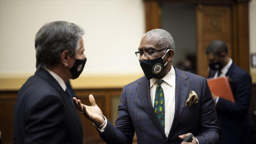 El congresista Gregory Meeks habla con el secretario de Estado, Antony Blinken (izq.), tras una audiencia del Comité de Asuntos Exteriores, 10 de marzo de 2021.