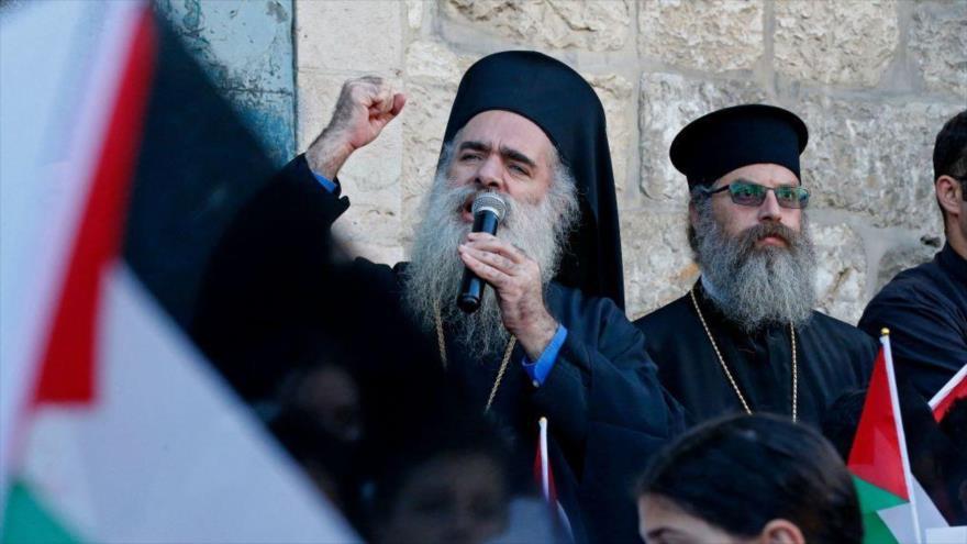 El arzobispo ortodoxo griego de Al-Quds, Ataolá Hanna, habla durante una manifestación en Beit Jala en Cisjordania, 17 de mayo de 2021. (Foto: AFP)
