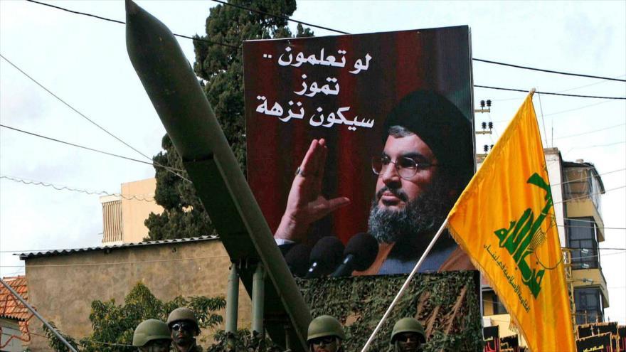 Un misil de Hezbolá junto a una imagen del líder de este movimiento libanés de la Resistencia, Seyed Hasan Nasralá, durante un desfile.