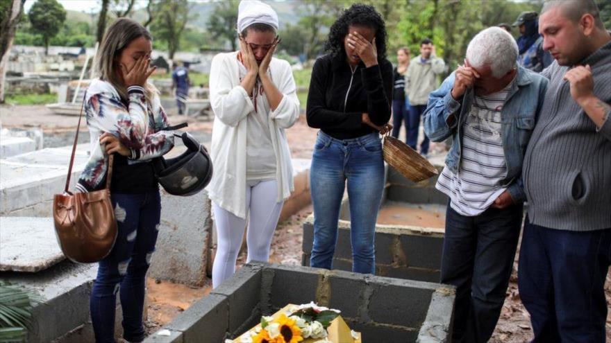 Familiares de una joven brasileña asesinada junto a su ataúd en Duque de Caxias, estado de Río de Janeiro, 6 de septiembre de 2019. (Foto: Reuters)