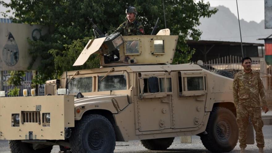 El personal de seguridad afgano monta guardia en un vehículo Humvee a lo largo de una carretera en Kandahar, 14 de julio de 2021. (Foto: AFP)